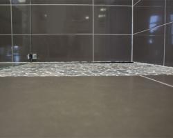 Kieselstein-Mosaikes in Dusche
