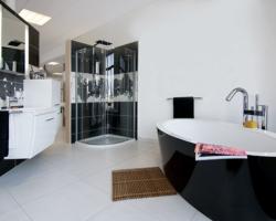 Modernes Bad mit freistehender Wanne