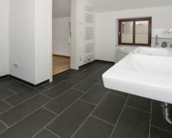 Fußboden im Drittelverband verlegt (rektifizierte 30 x 60 cm Feinsteinzeug-Fliesen)